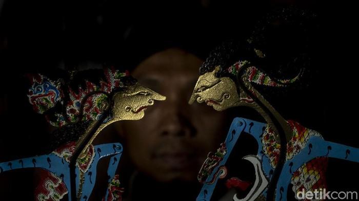 Didot (41) menunjukkan karakter wayang Rama dan Shinta di Imogiri, Bantul, Rabu (17/2/2021). Wayang menjadi tradisi turun temurun di dusun Nogosari yang kebanyakan warganya merupakan pengrajin wayang.