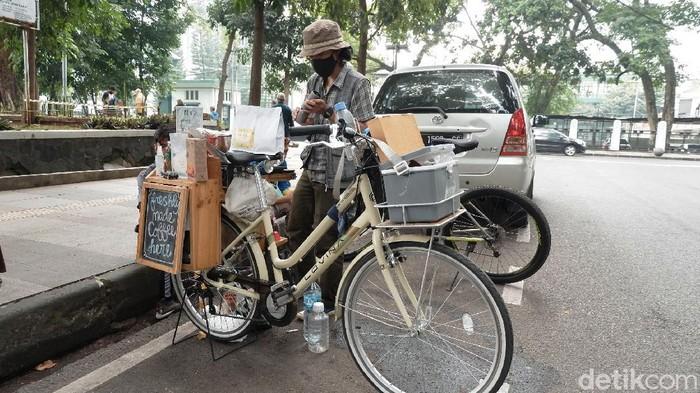 Menikmati seduhan kopi manual brew di kafe-kafe mungkin sudah biasa, berbeda dengan kopi satu ini. Penjual kopi seduhan manual ini menggunakan sepeda agar bisa dinikmati oleh masyarakat menengah ke bawah.