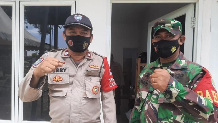 Aiptu Ferry (kiri), Bhabinkamtibmas di RW 04 Kelurahan Kebon Kelapa, Gambir, Jakpus.