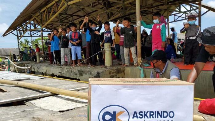 Bantuan untuk korban banjir Muara Gembong Kabupaten Bekasi dan Kabupaten Karawang, Jawa Barat, kembali disalurkan. Anak-anak korban banjir juga mendapat trauma healing.