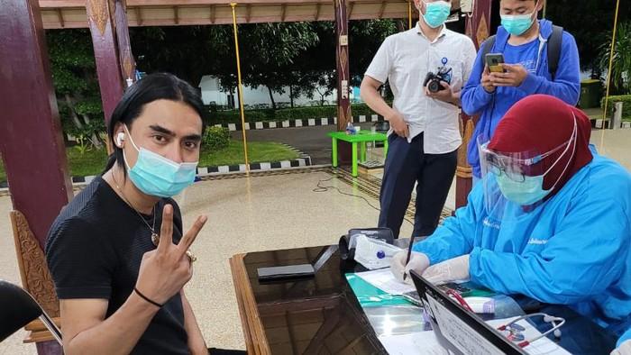 Charly van Houten menjalani vaksinasi di Cirebon