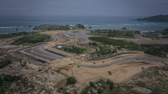 Pembangunan lintasan sirkuit MotoGP Mandalika terus dikebut di masa pandemi COVID-19. Pembangunan sirkuit MotoGP itu ditargetkan rampung pertengahan tahun 2021.
