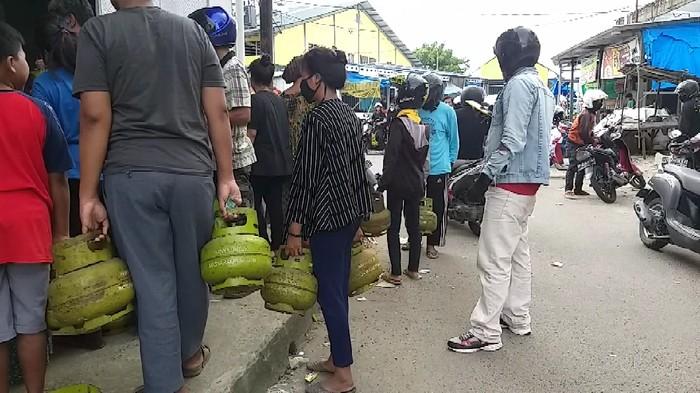 Elpiji 3 Kg langka, warga Parepare terpaksa antre hingga berdesakan