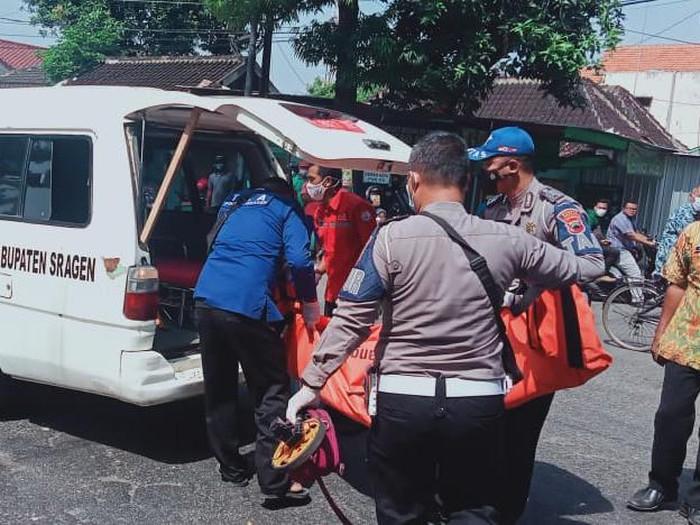 Evakuasi ibu dan anak korban kecelakaan di Sragen, Kamis (4/3/2021).