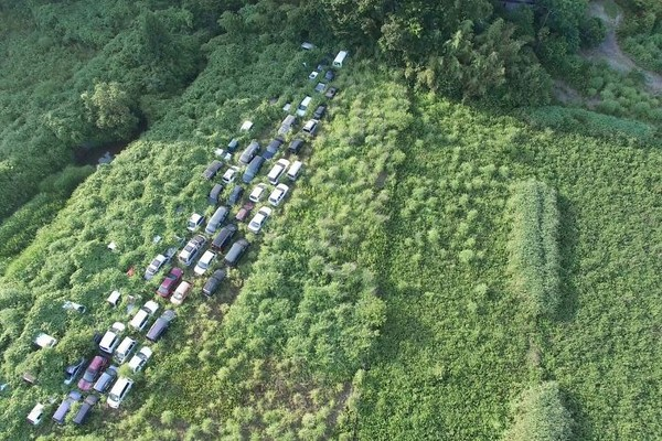 Mobil-mobil bekas bencana radioaktif di Fukushima yang dimakanoleh alam.