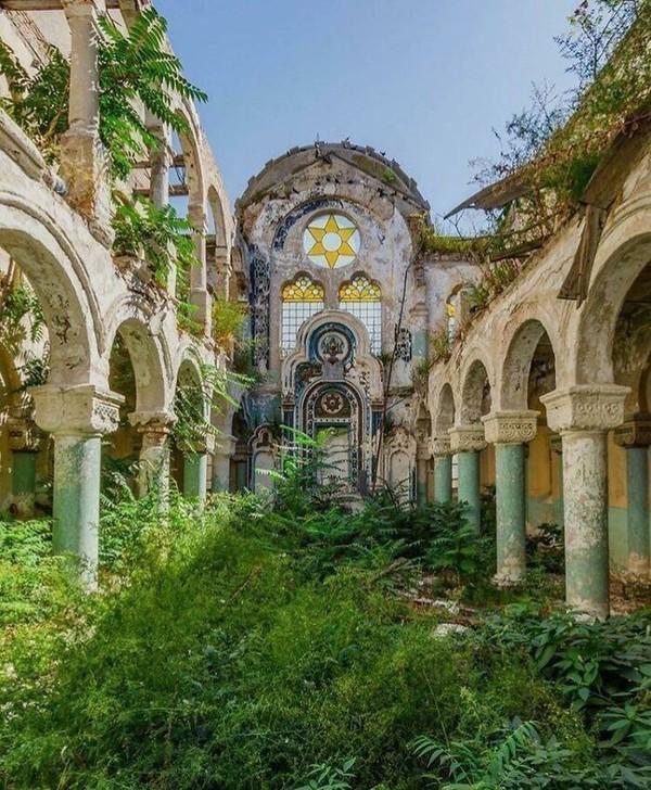 Semegah-megahnya bangunan, akan hancur dimakan waktu dan ditutupi semak belukar.