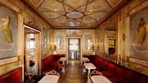 Caffe Florian terkenal dengan teras luar ruangan yang luas dan interior bergaya abad ke 18, dihiasi dengan beludru merah dan cermin berlapis emas. (Caffe Florian)