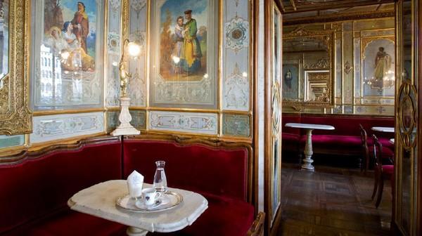 Walau terancam tutup, Caffe Florian kini terus bertahan. Kafe tetap buka, namun pengunjung dilarang makan di tempat. (Caffe Florian)