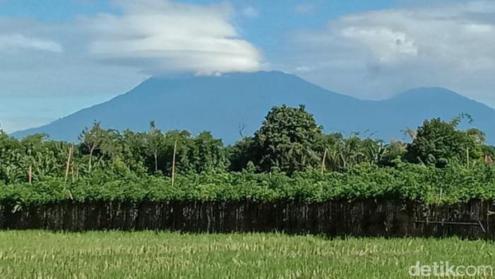 Erupsi Gunung Raung terus mengalami penurunan dalam dua pekan terakhir. Kolom asap masih fluktuatif antara 300 hingga 1.200 meter.