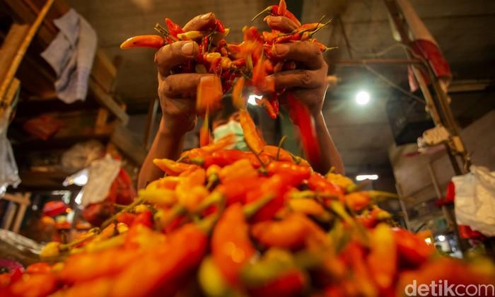 Harga cabai rawit di berbagai wilayah termasuk Jakarta tengah jadi sorotan. Pasalnya harganya naik salah satunya akibat cuaca buruk yang melanda Tanah Air.