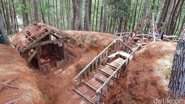 Pengelola hutan pinus Lenong menyiapkan sejumlah spot foto bernuansa alam, salah satunya goa sepanjang puluh meter yang terbuat dari rumput ilalang, serta jembatan bambu sepanjang puluhan meter yang bisa traveler lewati saat menjelajah kawasan hutan pinus ini.
