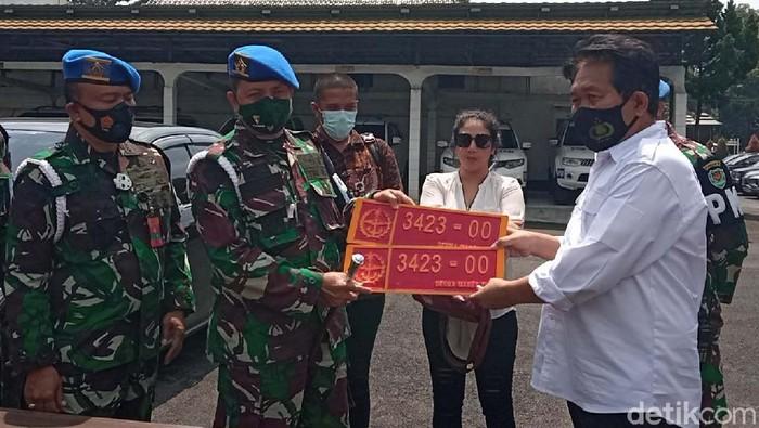 Denpom III/5 Bandung menemukan pemilik mobil berpelat dinas palsu TNI yang viral di TikTok. Wanita itu dijemput untuk dilakukan penyelidikan.
