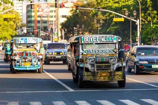 Sejarahnya, Jeepney tergabung dari dua kata dalam bahasa Inggris. Jeep yang berarti mobil jeep dan kney yang berarti lutut. Di dalam Jeepney lutut para penumpang saling bertemu karena duduknya berhadapan, karena itulah kenapa mobil ini disebut Jeepney. (iStock)