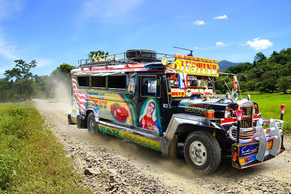 Jika Indonesia punya angkot, maka Filipina punya Jeepney. Fungsinya sama, membawa penumpang sesuai rute yang dimilikinya. Namun hal yang membuat mode transportasi ini berbeda dari yang lain adalah karena bentuk mobil dan sejarahnya. (iStock)
