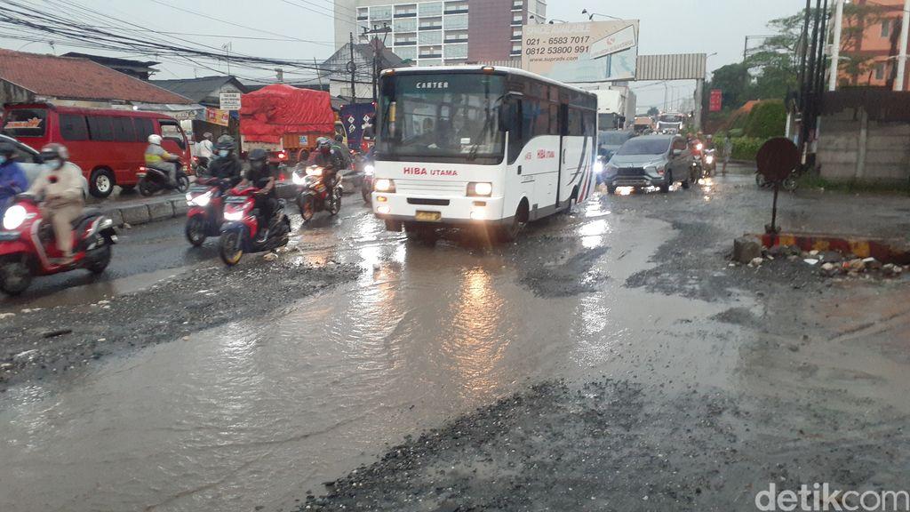 Jl Raya Industri di Kabupaten Bekasi rusak, muncul kubangan saat hujan, 4 Maret 2021. (Afzal NI/detikcom)