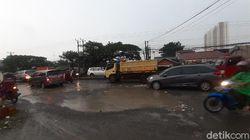 Diguyur Hujan, Jl Raya Industri di Kabupaten Bekasi Menjelma Bak Kolam