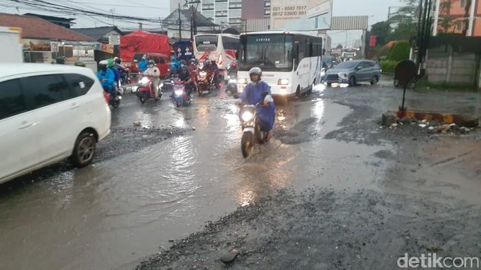 Jl Raya Industri, Kabupaten Bekasi, rusak. 4 Maret 2021. (Afzal Nur Iman/detikcom)