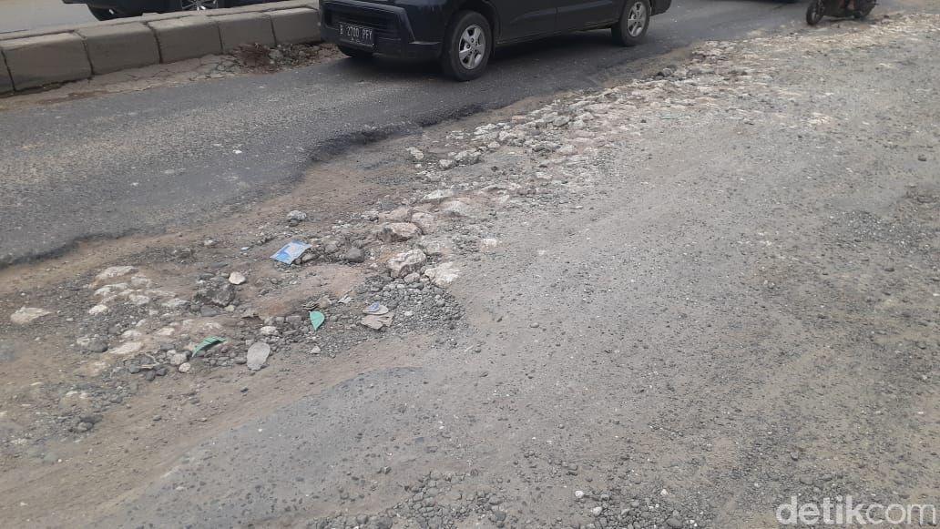 Jl Raya Industri setelah flyover Jl Raya Cikarang-Cibarusah, rusak parah. 4 Maret 2021. (Afzal Nur Iman/detikcom)