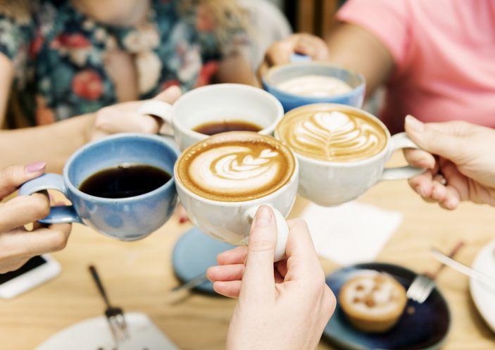 jumlah kafein dalam minuman, seperti kopi, teh, hingga minuman bersoda