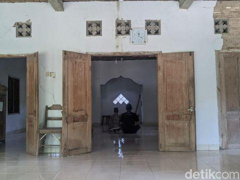 Ada kampung mati di Ponorogo. Meski kampungnya telah mati, namun sebuah masjid yang ada di sana tetap terawat.