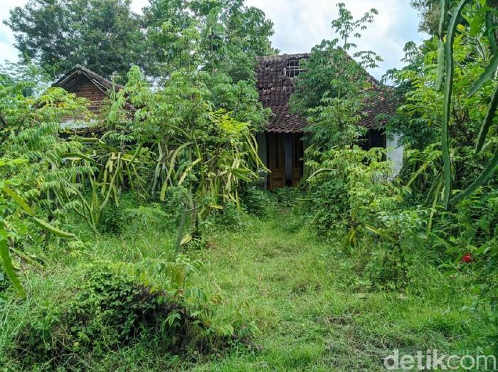 Kawasan Sumbulan, Dusun Krajan Satu, Desa Plalangan, Kecamatan Jenangan disebut sebagai kampung mati. Pasalnya, tidak ada warga yang tinggal di sini meski ada beberapa rumah dan masjid.