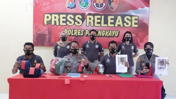 Kapolres Pasangkayu AKBP Leo menggelar konferensi pers penangkapan 2 perempuan yang terlibat perdagangan perempuan di Kabupaten Pasangkayu