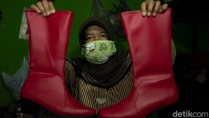 Kawasan Manding, Bantul, dikenal sebagai sentra kerajinan kulit. Bisnis kerajinan kulit yang turun temurun jadi sumber penghasilan warga turut terdampak pandemi