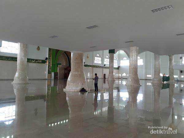 Ruangan utama masjid yang luas