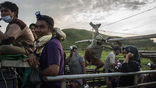 Meski pandemi COVID-19 masih melanda Indonesia, tradisi turun temurun ini masih tetap digelar. Warga pun antusias mendatangi pantai untuk menangkap Nyale.