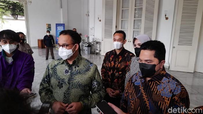 Menteri BUMN Erick Thohir bertemu Gubernur DKI Jakarta Anies Baswedan.
