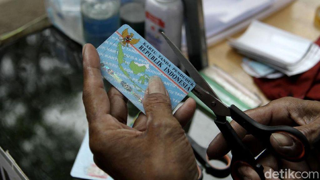 Meraup Rezeki Lewat Jasa Reparasi KTP di Kala Pandemi