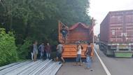 Muatan Pipa Besi Jatuh di Tol Waru-Perak, Kemacetan hingga 7 Km