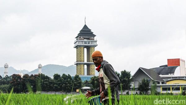 Akan ada juga jajanan dan hasil karya UMKM yang akan dijajakan di sana. Rencananya kopi-kopi kebanggaan Kabupaten Bandung siap disajikan. Ada juga Skywalk yang dibuat langsung menghubungkan menara dengan Masjid Al -Fathu. (Muhammad Iqbal/detikTravel)