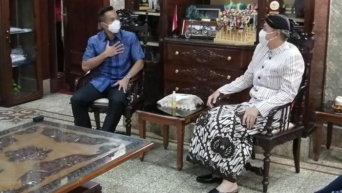 Wakil Ketua Umum Kadin Indonesia Anindya Bakrie bertandang ke kantor Gubernur Jawa Tengah Ganjar Pranowo. Ada apa?   Anindya Bakrie tampak hadir dan menyambangi kantor Gubernur Jawa Tengah, Semarang pada Kamis (4/3/2021). Ia pun langsung disambut langsung oleh sang Gubernur Ganjar Pranowo.