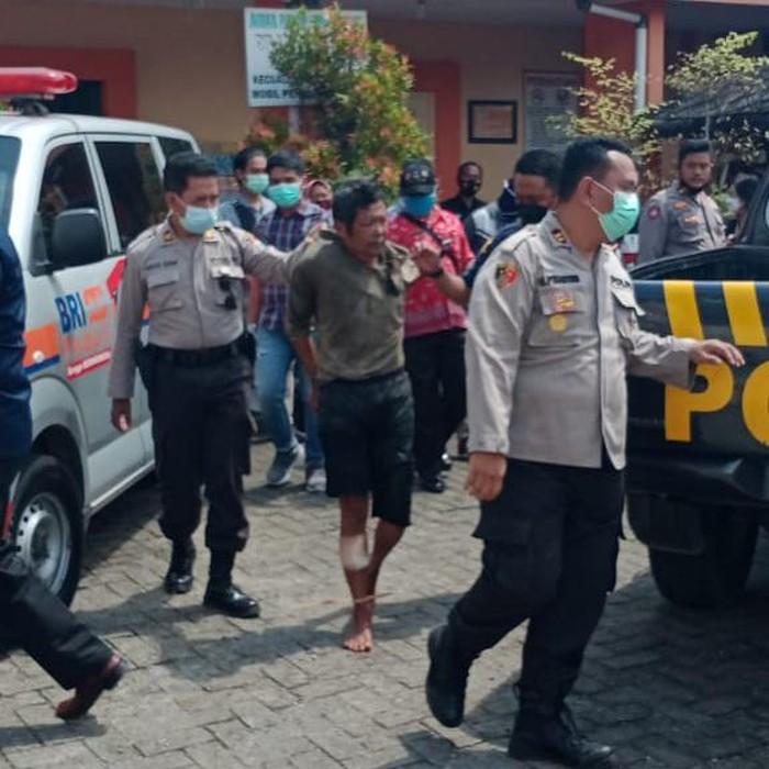 Polisi Kediri menjadi korban pembacokan. Ia dibacok saat hendak mengamankan pelaku penganiayaan.