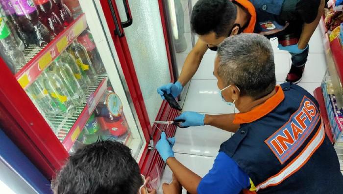 Polisi melakukan olah TKP di minimarket lokasi perampokan di Sragen, Kamis (4/3/2021).