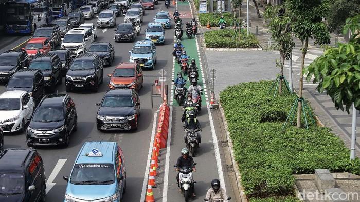Jalur sepeda permanen telah dibuat di Jalan Sudirman, Jakarta. Namun jalur ini kerap diserobot pemotor.