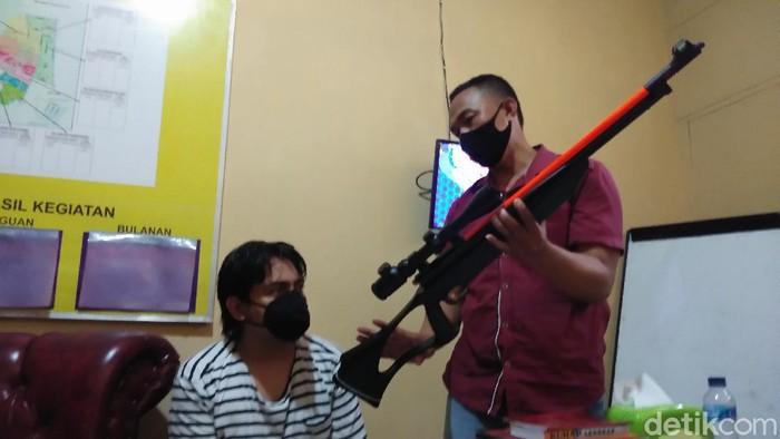 Pria mabuk Dede (38) di Kota Makassar ditangkap polisi karena menembak anak kecil menggunakan senapan angin (Hermawan/detikcom).
