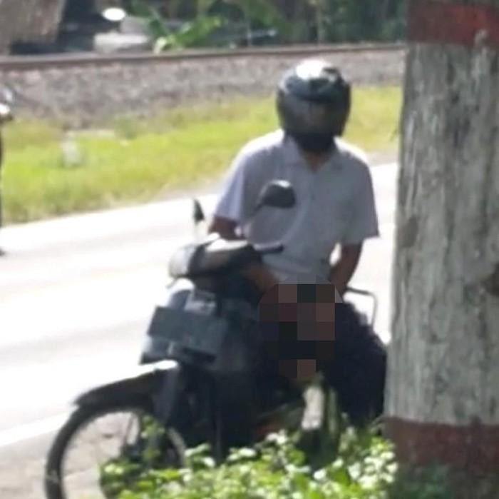 Seorang pria tertangkap kamera saat onani di pinggir jalan di Blitar. Video tersebut kini tersebar di aplikasi percakapan WhatsApp.