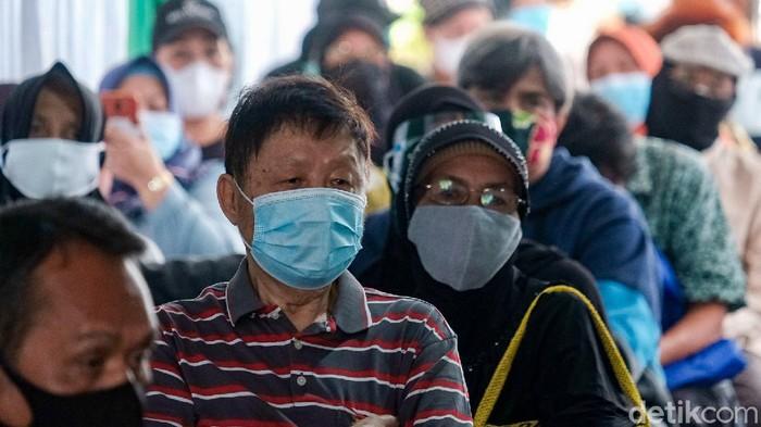 Proses vaksinasi COVID-19 di Balai Besar Pelatihan Kesehatan (BBPK) Jakarta untuk lansia berlangsung tertib (Andhika Prasetia/detikcom)