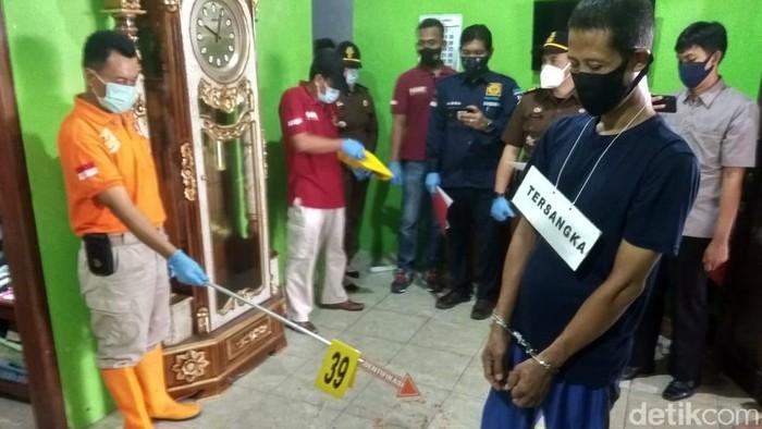 Rekonstruksi pembunuhan empat orang sekeluarga di Rembang, Kamis (4/3/2021).