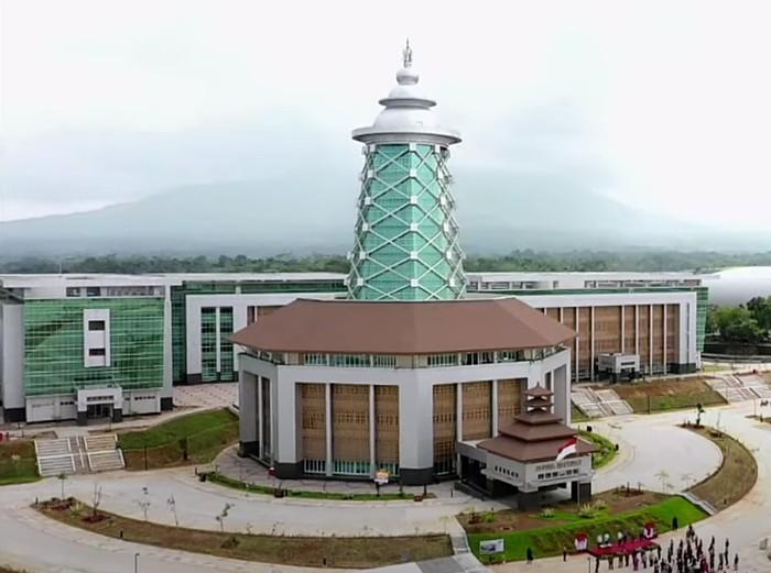 Presiden Joko Widodo (Jokowi) meresmikan Kampus Universitas Sultan Ageng Tirtayasa (Untirta) di Sindangsari, Kabupaten Serang, Banten. Jokowi bicara dua sosok teladan di Banten yang tercermin pada Kampus Untirta.