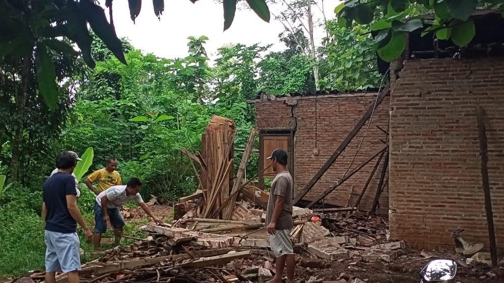 Bruk! Kakek yang Hidup Sendirian di Jepara Tertimpa Reruntuhan Rumah
