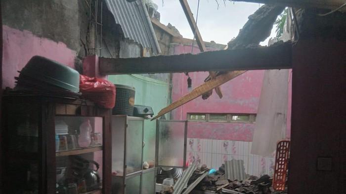 Rumah warga di Bogor rusak akibat diterjang puting beliung.