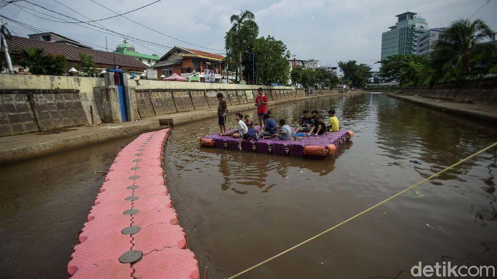 Saat Kali di Jakarta Jadi Tempat Bermain Anak-anak Ibu Kota