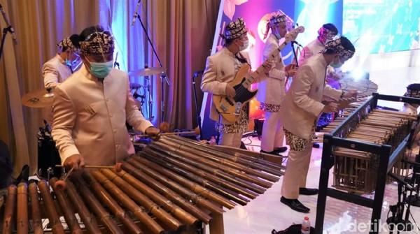 Salah satu event yang diikuti yakni Karya Kreatif Indonesia (KKI) khusus di Bandung yaitu Road to Karya Kreatif Jawa Barat (KKJ). Dengan formasi lengkap tujuh orang, para seniman angklung tampil dengan lihai.