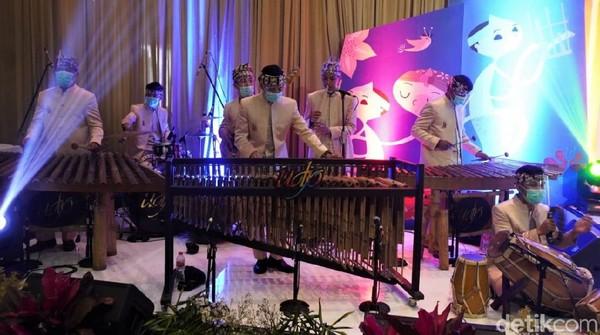 Akhir tahun 2020, dunia seni budaya sempat digemparkan dengan kabar Saung Angklung Udjo yang hampir bangkrut. Memasuki tiga bulan pertama di 2021, anggotanya kembali manggung di beberapa event.