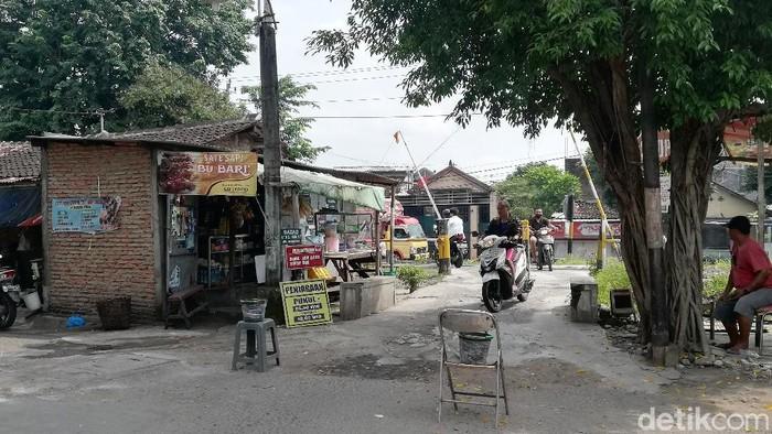 Sejumlah pengendara melintas di perlintasan sebidang di Nayu, Solo, Jawa Tengah, Kamis (4/3/2021).