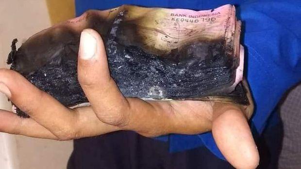 Uang tunai Rp 90 juta untuk tabungan haji warga di Bone tebakar saat rumahnya kebakaran (dok. Istimewa).