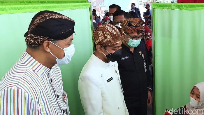 Wali Kota Solo Gibran dan Gubernur Jateng Ganjar Pranowo saat meninjau vaksinasi di Pasar Klewer, Kamis (4/3/2021)